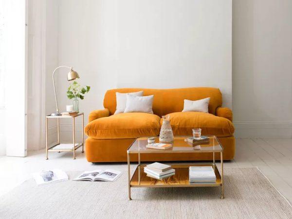 Sofa màu sắc sáng sẽ giúp căn phòng trông rộng rãi hơn